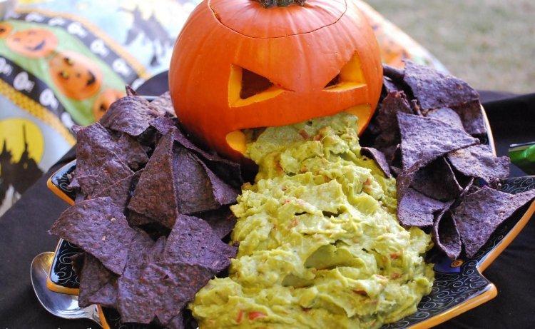 recettes-Halloween-sans-cuisson-guacamole-chips-mais-bleu-violet